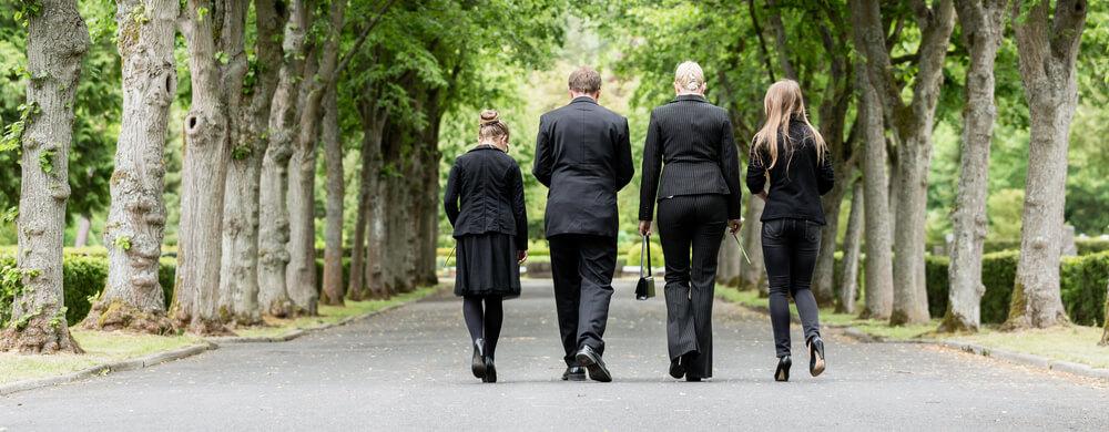 Familie auf dem Friedhof